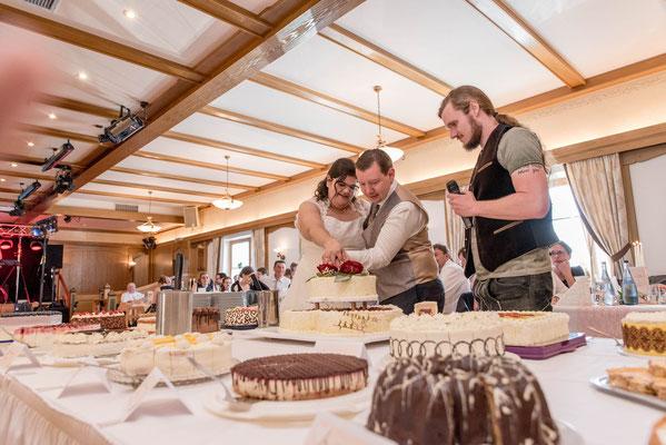 Ammersee Hochzeit Apricot Sektempfang Tortenanschnitt