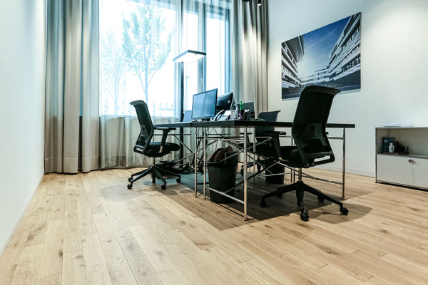 Büroräume, Stabparkett Eiche Massiv, Sägerau