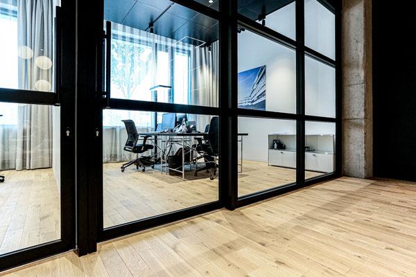Stabparkett Eiche Massiv mit sägerauer Oberfläche in den durchgängigen Büroräumen