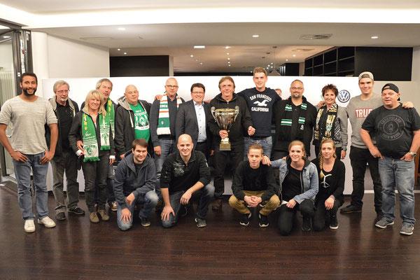 """Gruppenbild mit Pokal ( links neben dem Pokal: Dr. Hubertus Hess-Grunewald, Päsident SV Werder Bremen, mit dem Pokal: Hans-Peter """"Harpo"""" Beran, Präsident des OWFC-Stars, ganz links: Jermain Green, Fanbetreuer des SV Werder Bremen)"""