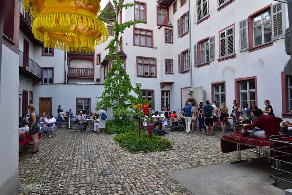 Sommerfest im Innenhof des Deutschen Seminars der Uni Basel
