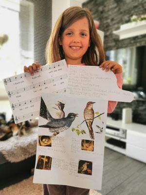 Unsere Fee weiß auch viel über den Kuckuck und hat sogar ein ganz bekanntes Lied gefunden, in dem der Kuckuck die Hauptrolle spielt...