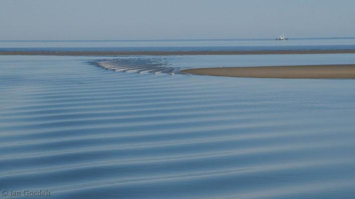 Wellen vor Sandbänken im Schleswig-Holsteinischen Wattenmeer