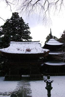 雪の西明寺楼門と三重塔:益子町