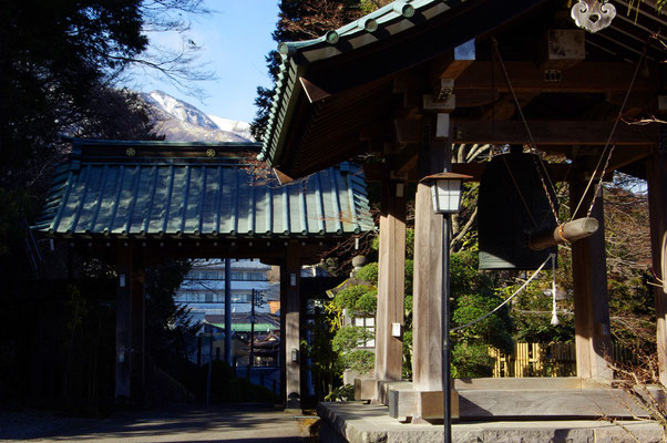 鉢石山観音寺の山門と暮れ六つの梵鐘:日光市