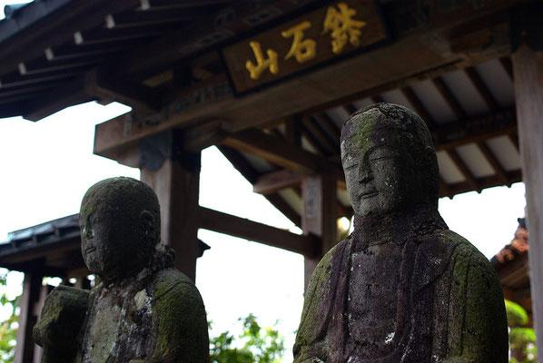 鉢石山観音寺の山門と六地蔵:日光市