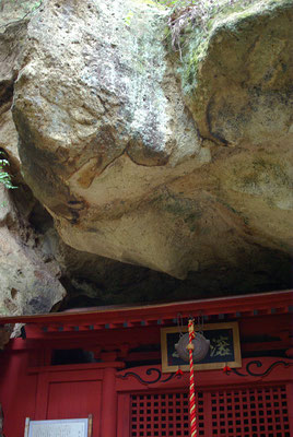 深岩山満照寺(深岩観音)の観音堂と大岩:鹿沼市