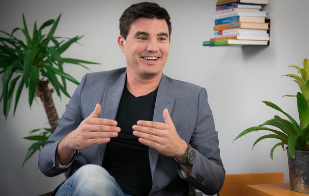 Köln (Nordrhein-Westfalen) Moderator Tim Christopher Gasse