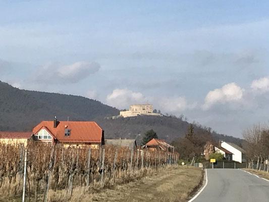 Das Hambacher Schloss: Ein Urstein der deutschen Geschichte, nur 10 Minuten entfernt!