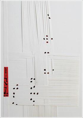 """Fragment – Collage, Braille-Schrift = """" Es wird dich heilen """". 2019 - Farbstift, Blutstropfen auf Papier, 21 cm x 29,7 cm, """" Das Leben lesen - Für immer jung? - Placebo und Nocebo """""""