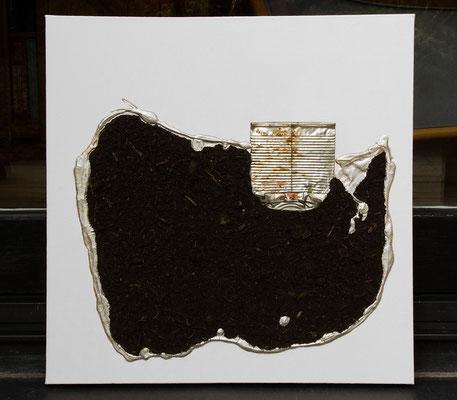 Anthropozän (Dispersionsfarbe, Blumenerde, Müll, Aquarell metallic auf Leinwand, 50 x 50 cm)