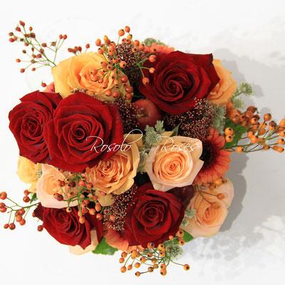 roses en rouge et saumon avec baies et pommes