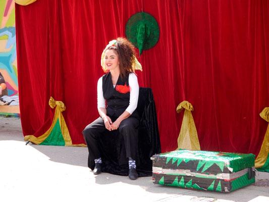 Theater ohne Worte im Camp mit der Freimanner Künstlerin Ingrid Irrlicht - Mohr-Villa goes Camp