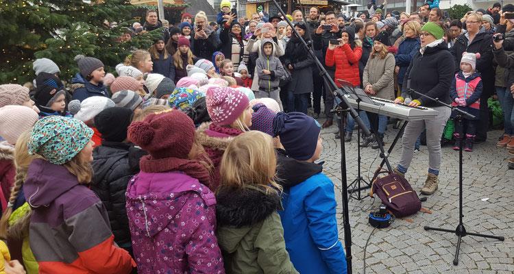 Der Chor und die AG Musik unter Leitung von Verena Hötzinger