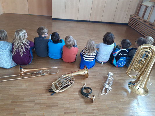 """Bei einem """"Schnupperprojekt zum Kennenlernen"""" bastelten die Kinder gemeinsam mit der Leiterin der Brass-Klasse, Frau Christine Westermair, eine Schlauchtrompete mit richtigem Trompetenmundstück und übten erste gemeinsame Töne."""