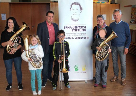 Der 2. Bürgermeister Fürst übergab symbolisch die Instrumente an die ersten SchülerInnen