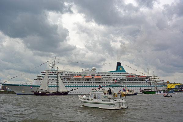 MS ALBATROS läuft in die HafenCity ein, Yacht Pedro