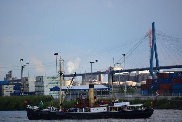 BUSSARD zur Auslaufparade beim 824.Hamburger Hafengeburtstag am 12.05.2013
