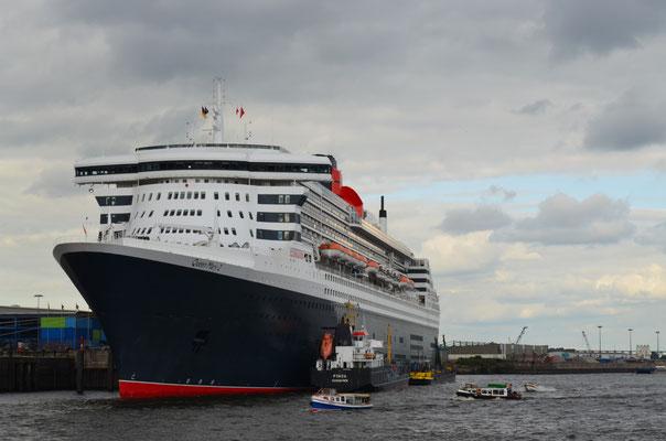 Queen Mary 2 am HCC Hafencity zum 823.Hamburger Hafengeburtstag am 13.05.2012