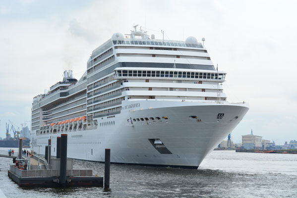 MSC MAGNIFICA beim Einlaufen in den Hamburger Hafen/HCC Altona am 29.07.2013