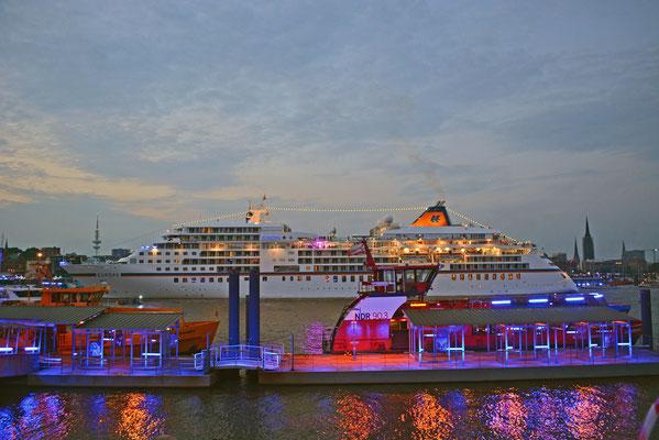 MS EUROPA zur Auslaufparade bei den Hamburg Cruise Days am 02.08.2014
