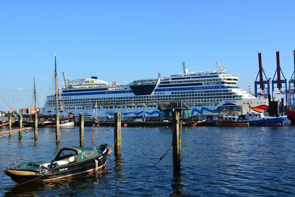 AIDAstella auslaufend am Museumshafen Övelgönne am 11.08.2013