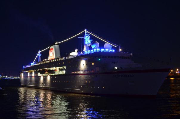 MS Deutschland zur Auslaufparade zu den Hamburg Cruise Days am 18.08.2012