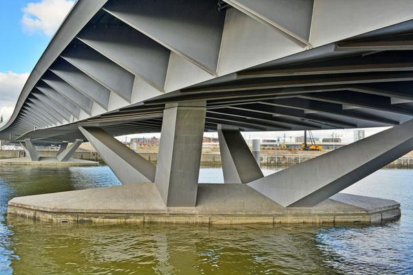 Unter der Baakenhafenbrücke