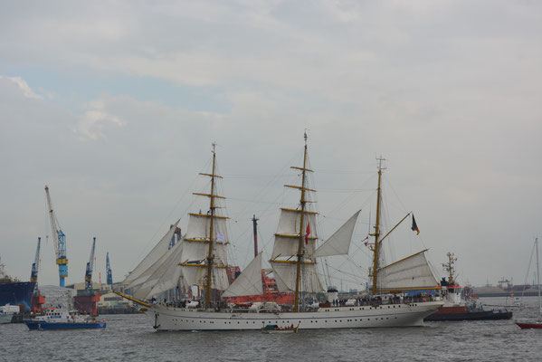 GORCH FOCK zur Einlaufparade beim 824.Hamburger Hafengeburtstag am 09.05.2013