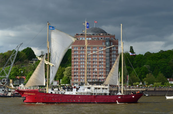 SUNTHORICE zur Auslaufparade beim 823.Hamburger Hafengeburtstag am 13.05.2012