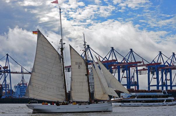 ELBE 5 zur Parade Hamburger Traditionsschiffe 2012