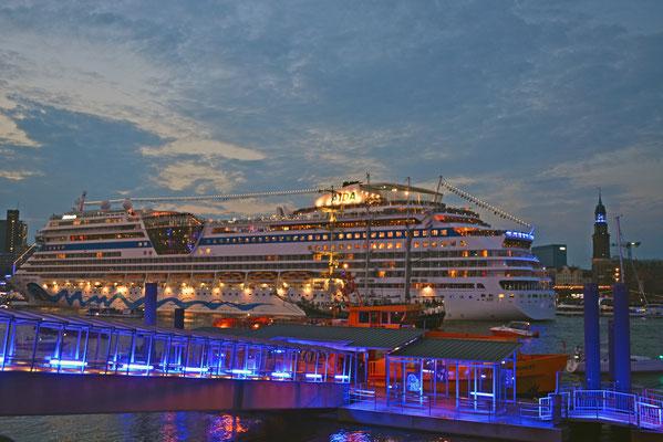AIDAstella zur Auslaufparade bei den Hamburg Cruise Days 2014 am 02.08.2014
