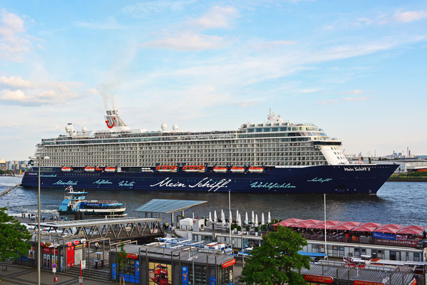 Mein Schiff 3 nach dem Erstanlauf in Hamburg passiert die St. Pauli Landungsbrücken am 02.06.2014