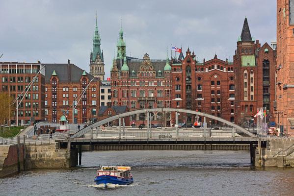 Blick zum Magdeburger Hafen,im Hintergrund das Hafenrathaus u. das Hamburger Rathaus