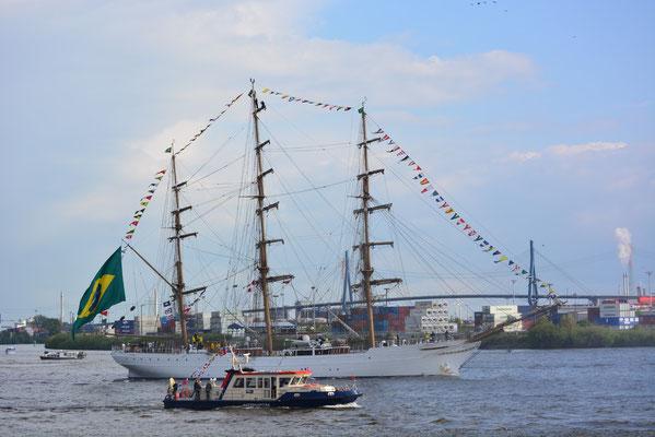 CISNE BRANCO zur Auslaufparade beim 824.Hamburger Hafengeburtstag am 12.05.2013