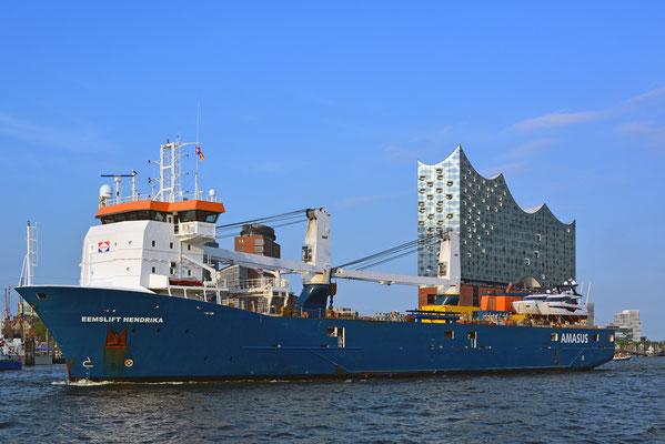 Elbphilarmonie scheinbar auf dem Mehrzweckschiff EEMSLIFT HENDRIKA