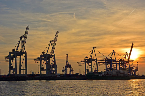 Hafenkräne zum Sonnenuntergang