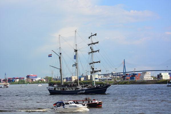 THALASSA zur Auslaufparade beim 824.Hamburger Hafengeburtstag am 12.05.2013
