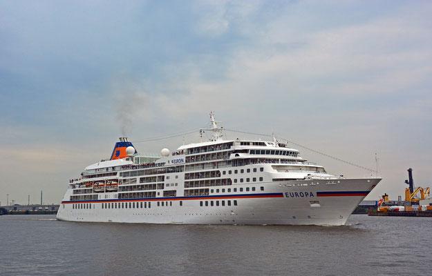 MS EUROPA läuft am 17.08.2015 in der HafenCity aus.