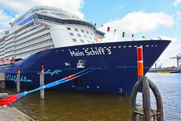 Mein Schiff 3 nach dem Erstanlauf in Hamburg am HCC Hafencity am 01.06.2014