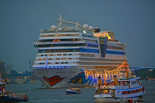 AIDAstella zur Auslaufparade bei den Hamburg Cruise Days am 02.08.2014