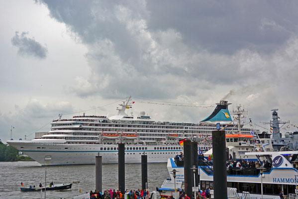 MS ARTANIA läuft in die HafenCity ein