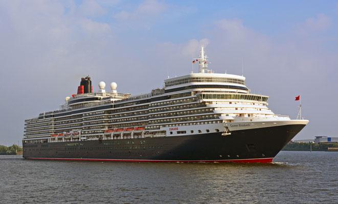Queen Elizabeth läuft in der HafenCity aus am 11.08.2015.