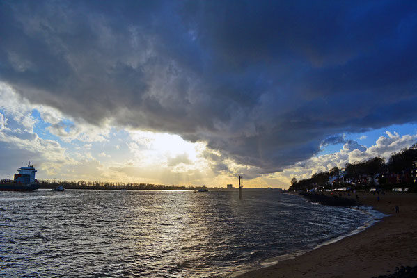 Tolle Wolken über dem Elbstrand Övelgönne