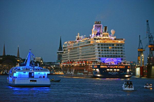 Die frisch getaufte Mein Schiff 3 nach dem Feuerwerk am 12.06.2014