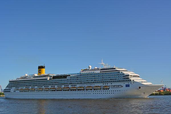 COSTA PACIFICA läuft im Hamburger Hafen aus am 21.07.2013