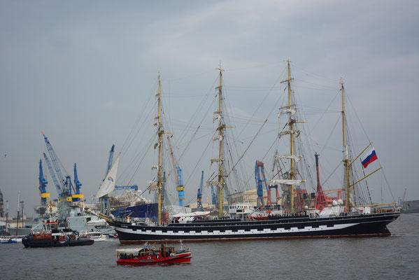 KRUZENSHTERN zur Einlaufparade beim 824.Hamburger Hafengeburtstag am 09.05.2013