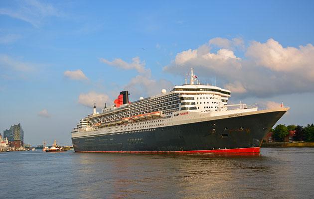 Queen Mary 2 beim Eindocken in DOCK ELBE 17 am 27.05.2016