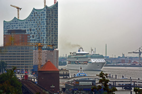 LEGEND OF THE SEAS läuft am 07.09.2014 im Hamburger Hafen aus