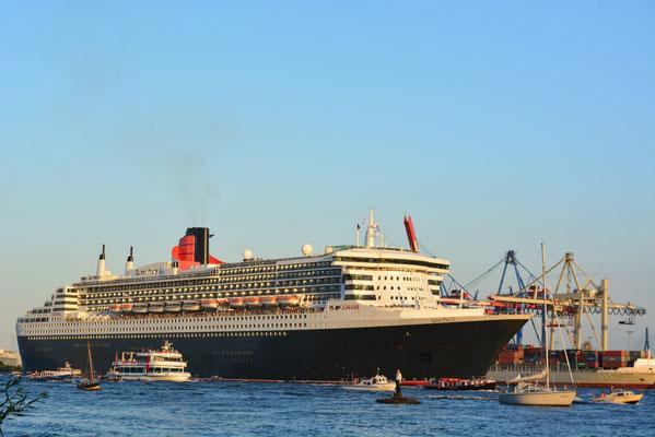 Queen Mary 2 auslaufend am Abend in Höhe Elbstrand Övelgönne  am 24.08.2013